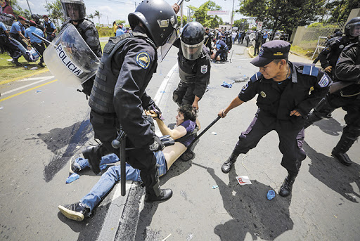 Policías vapulean a manifestante